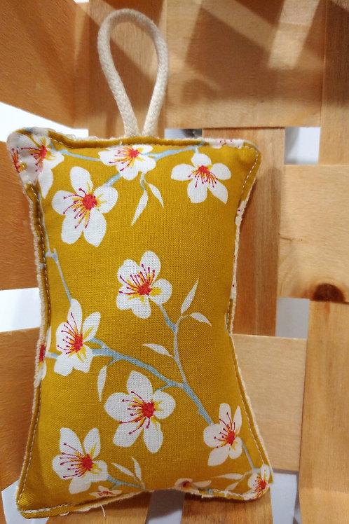 Eponge fleurs fond moutarde