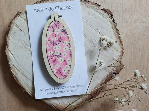 Grande broche ovale petites fleurs fond rose