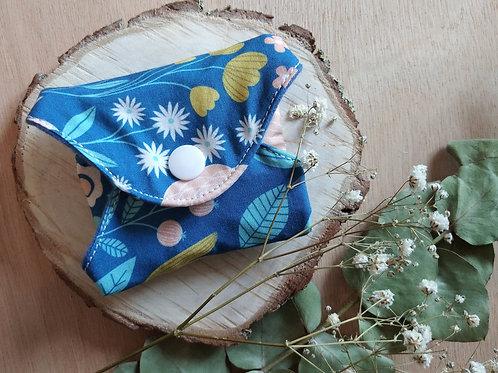 Serviette hygiénique  T1 fleurs fond bleu