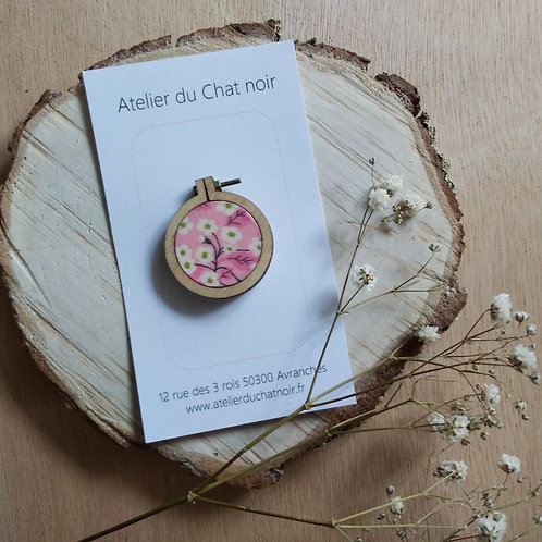 Broche ronde fleurs fond rose