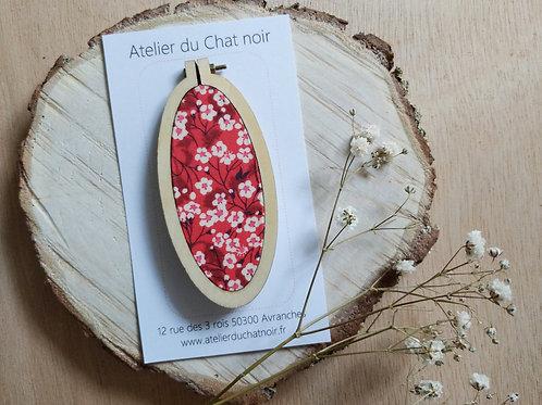 Grande broche ovale petites fleurs fond rouge