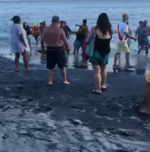 Momento en el que extraían a la señora de la playa.