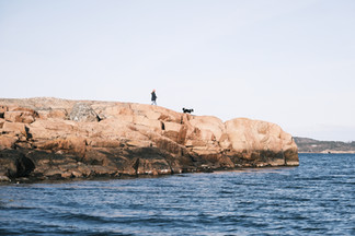 Promenade sur les blocs de granit rose, le long de la côte de Rossö