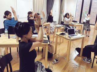 女性向けWeb講座でのヨガレッスン