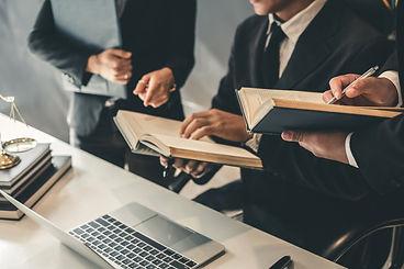 equipo-abogados-negocios-trabajando-junt