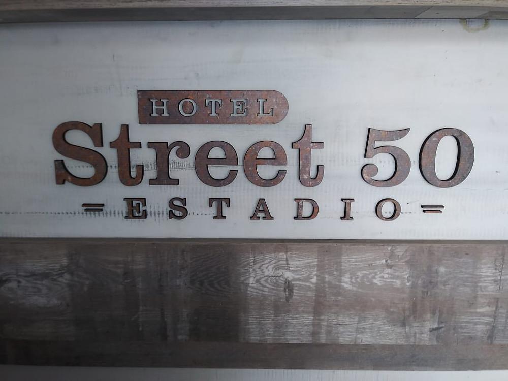 Señalización para un Hotel de Medellín llamado Street 50, sus materiales son: Acrlico y metal, nos encantó su fabricación.