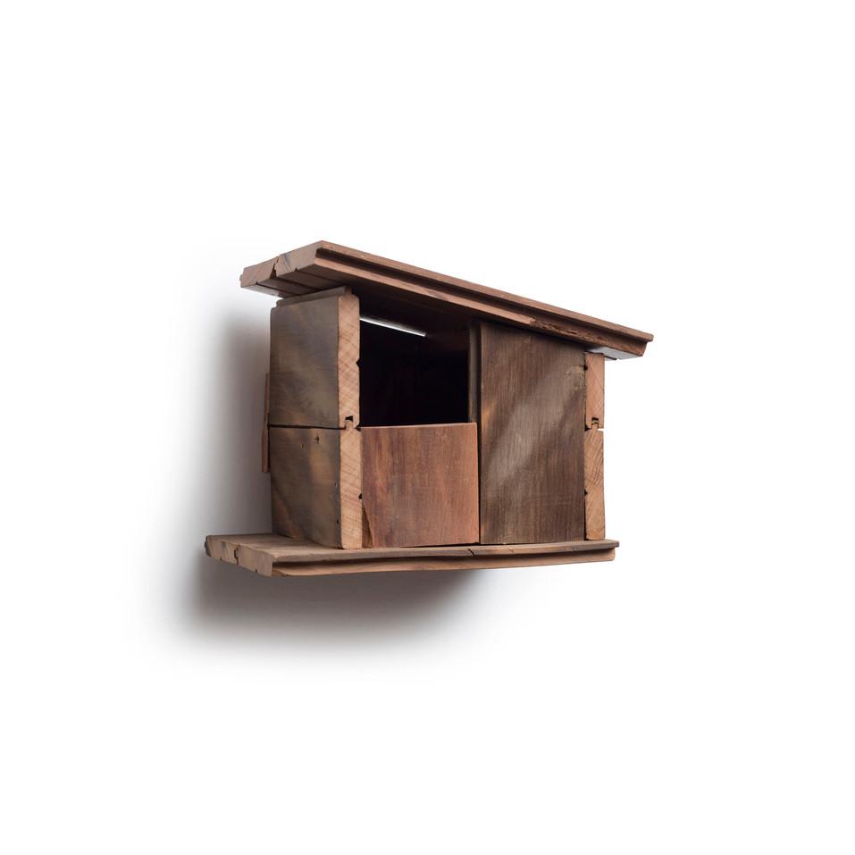 Casa de passarinho em madeira maciça. Para pendurar na parede. Teto abre para limpeza.