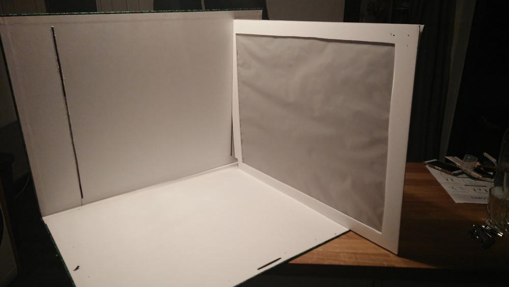 découper des fentes dans le carton a l'aide d'un cutter