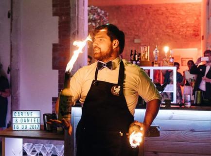 barman jonglage avec bouteilles en feux