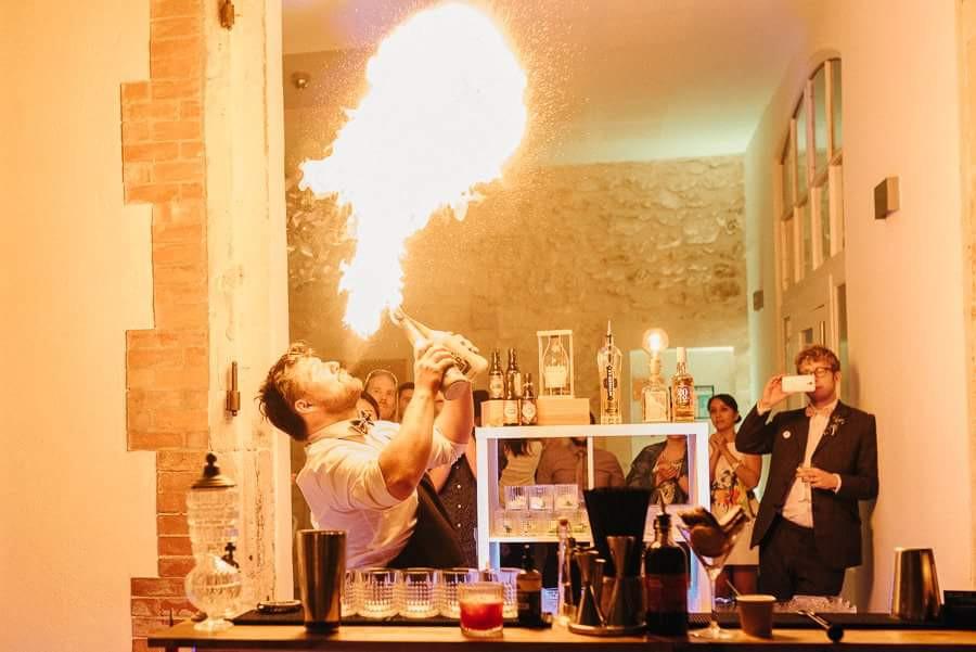 barman cracheur de feux