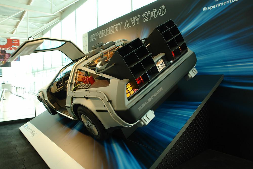 Una réplica a tamaño natural del DeLorean de película Regreso al futuro pieza gancho de la exposición Experimento año 2100. En CosmoCaixa de Barcelona.