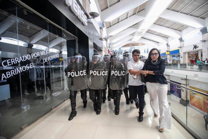 La tarde de este martes 25 de febrero fuerzas antimotines ingresaron a Metrocentro y agredieron a manifestantes, periodistas y civiles - Fotografía de Alfredo Zúniga