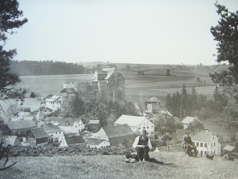 Die Burg vom heutigen Sportplatz aus