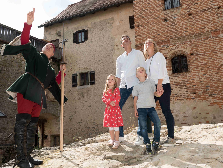 Eine Burgführung im Innenhof