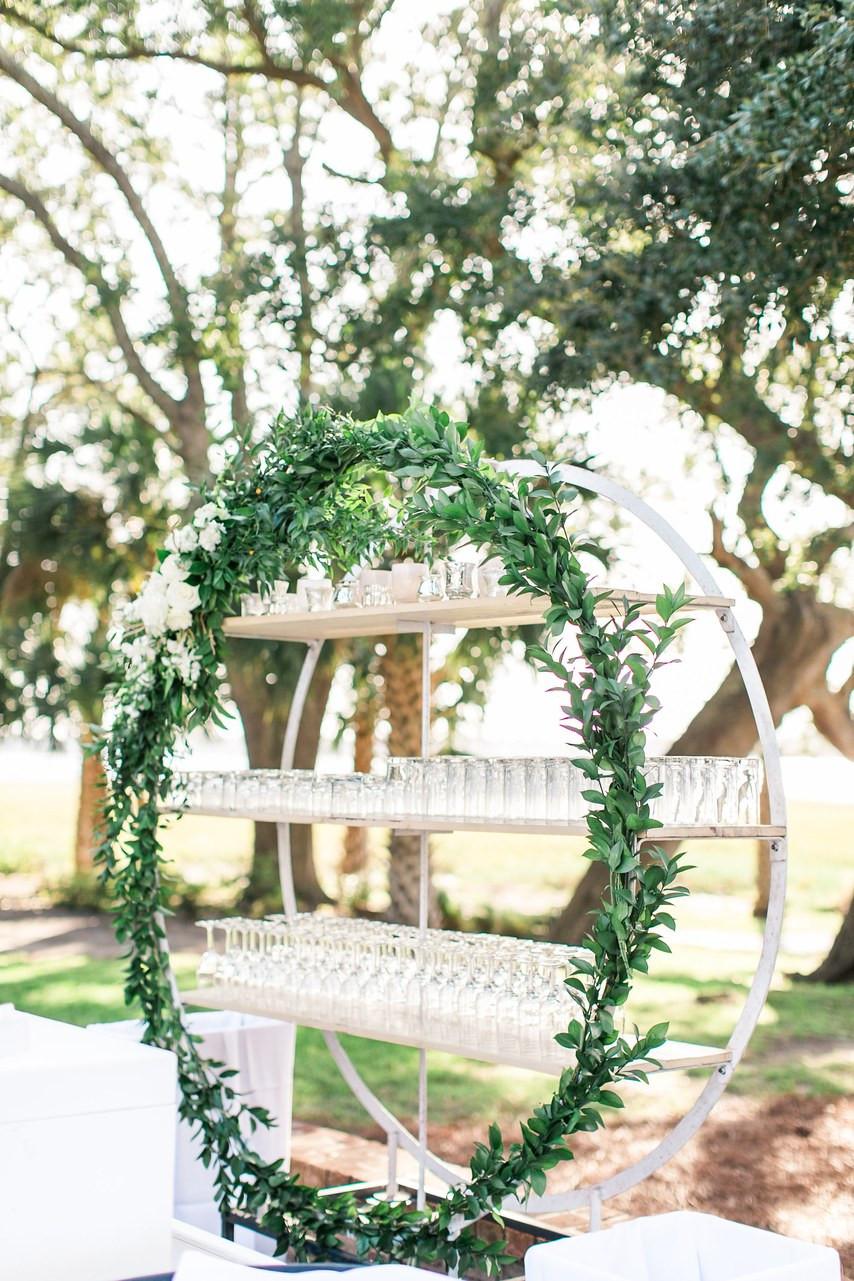 esküvői bárpult polcokkal