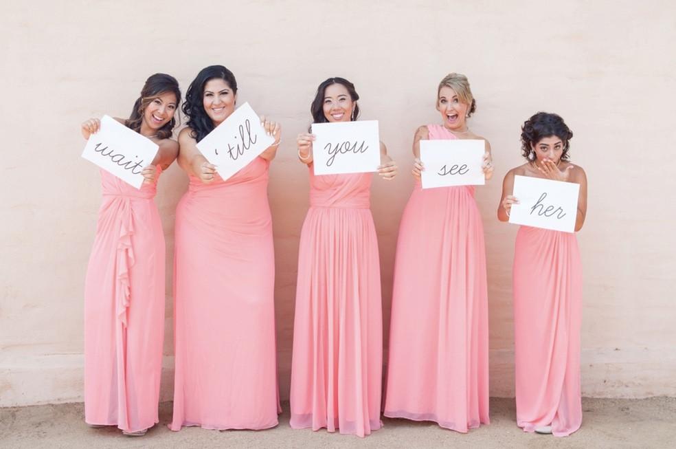 koszorúslányok rózsaszín ruhában