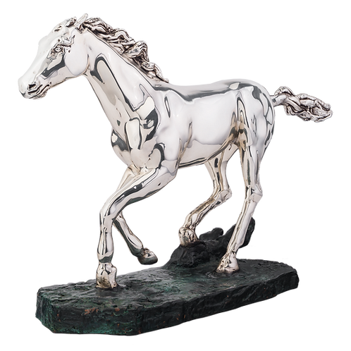 مجسمه اسب نقره ای در حال اجرا