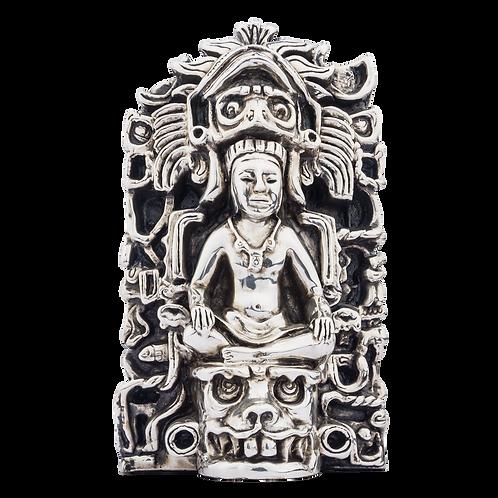 شاه مایان با مجسمه نقره ای تاج صورت