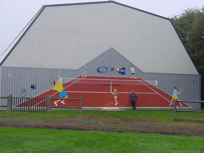 Peinture sur un mur de tennis