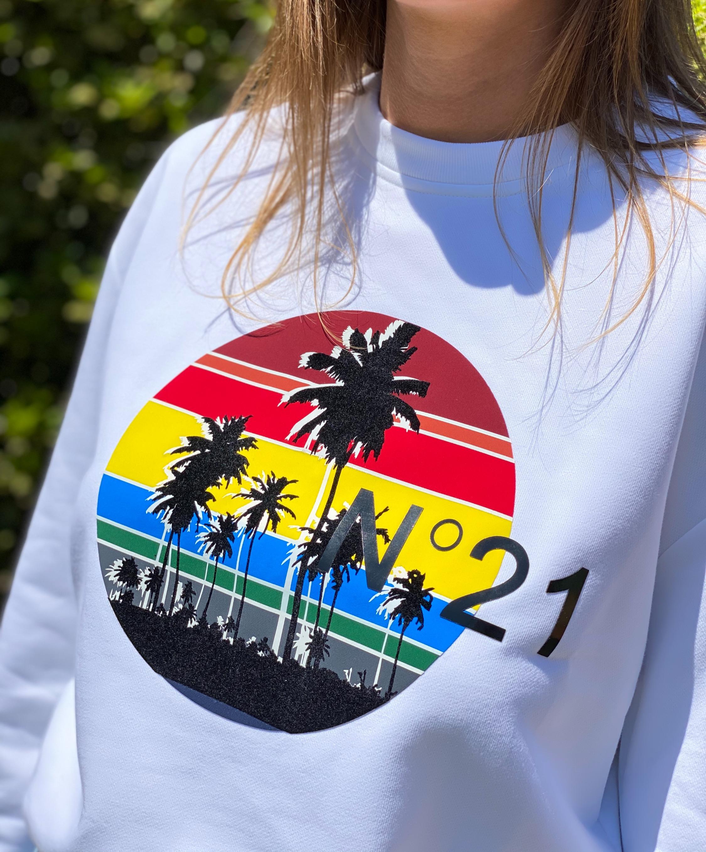 Sweatshirt blanc N°21 sunset avec palmiers, rouge, bleu, jaune et vert
