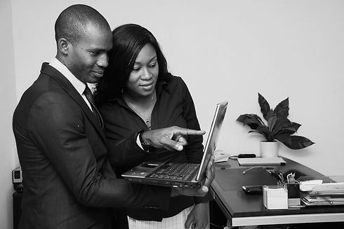 business-colleagues-teaching-on-laptop_C