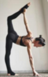paola yoga in posizione di equilibrio su una gamba