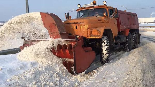 Снегоуборочная машина ЗИЛ 131 со шнеком и механизмом отбрасывания снега