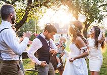 Les mariés dansent sur la bonne musique du DJ pendant le vin d'honneur