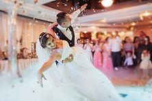 Première danse des mariés à un mariage chic près du lac d'Annecy