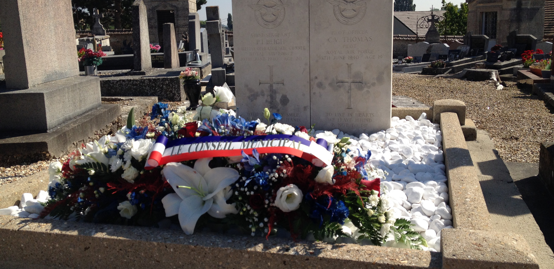The graves of P/O Thomas and LAC Bligh