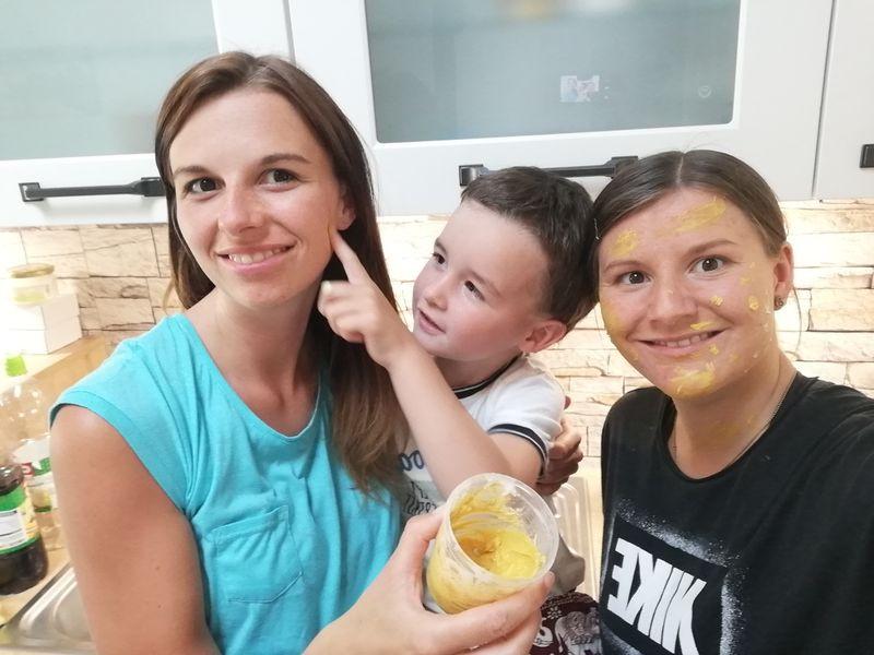 Meine Schwester, mein Neffe und ich machen hier gerade eine natürliche Kinderschminke. :)
