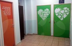 דלתות במסדרון חינוך מיוחד