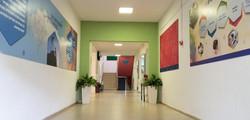 מסדרון כניסה לבית הספר