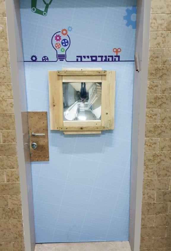 זכוכית המגדלת שעל הדלת היא כלי העבודה הראשון אותו פוגשים בכניסה למרחב הלימודי