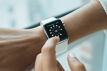 Un reloj inteligente (smart watch) en la muñeca de una chica, y representa nuestra puntualidad.