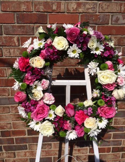 FE-1 Fresh wreath on easel.