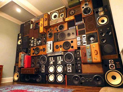 Много акустических колонок