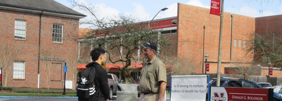06. David sharing the gospel at NSU - Fe