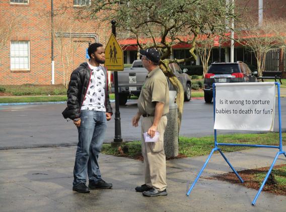 03. David sharing the gospel at NSU - Fe