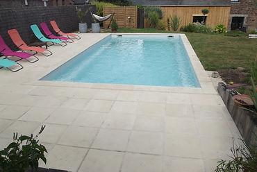 belle piscine chauffée avec transat a disposition