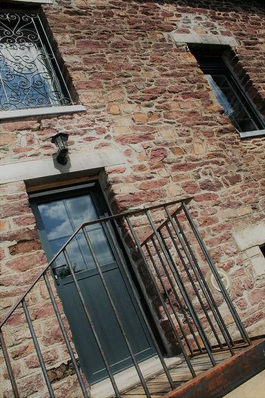 maison en pierre avec une vue sur l escalier extérieur en acier