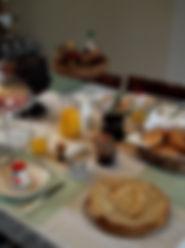 petit déjeuner copieux avec fruits crepes maison confitures maison jus d'orange