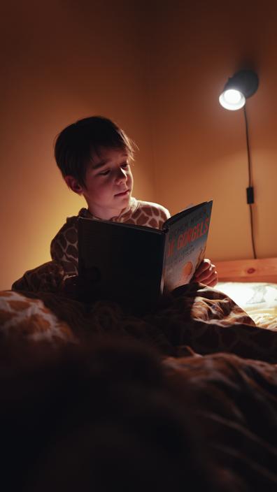 05:13 - Levi staat om 05:13 naast mijn bed. Hij is net wakker en kan niet meer in slaap vallen. Hij wil graag een spelletje doen op de iPad maar dat mag pas om 06:30. Tot die tijd gaat hij lezen.