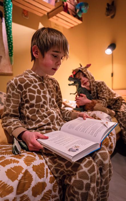 22:38 - Voordat mijn neefjes naar bed gaan komt Binck nog even langs in de kamer van zijn tweelingbroer om zijn Dino te laten zien.