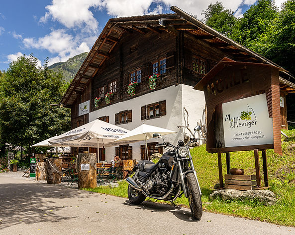 Mühle HEURIGER Sommer mit Motorrad.jpg