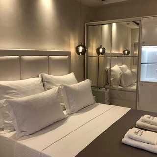 2 Amaryllis Luxury Rooms λευκή δερμάτινη