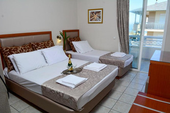 2 Hotel Ermes, Τρίκλινο, δερμάτινη πλάτη