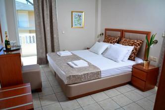 1 Hotel Ermes, Δίκλινο με καφέ ξύλινα έπ