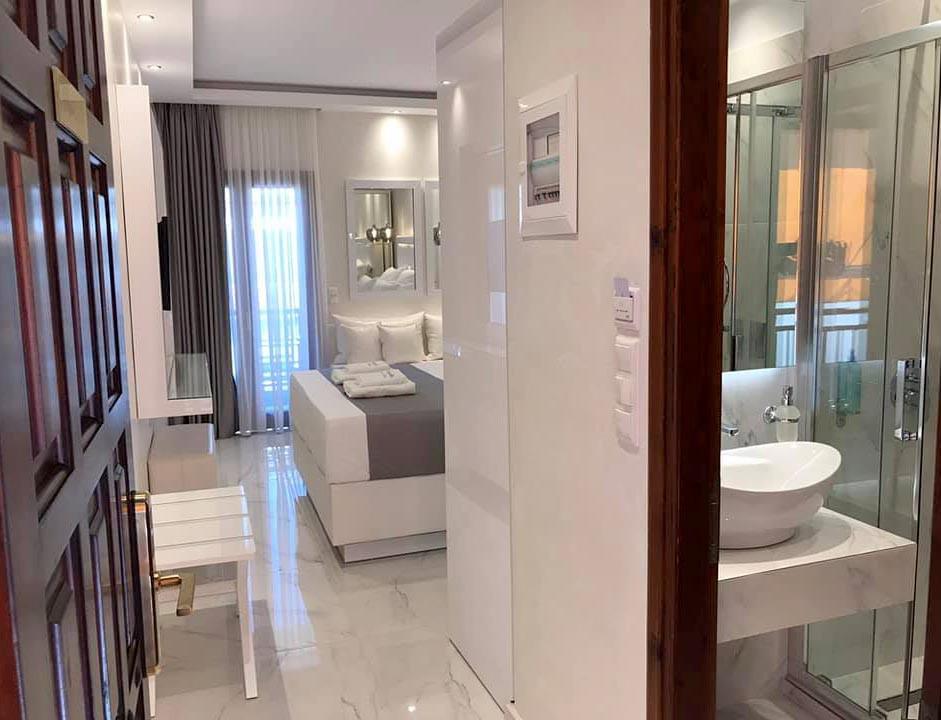 3 Amaryllis Luxury Rooms Λευκή ξύλινη βα
