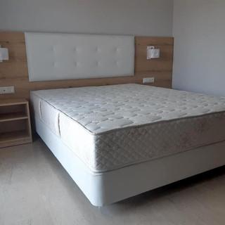 Hotel Grekas, Ξύλινη επένδυση τοίχου ως